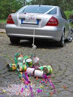 Bunte Blechdosen am Hochzeitsauto