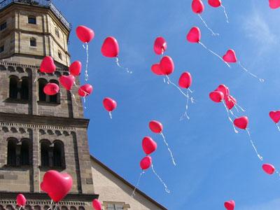 Herzform Helium Luftballons nach der Kirche