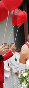 Herzluftballons zum Spalier stehen nach der Kirche