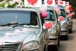Schöne Hochzeitsdeko fürs Auto