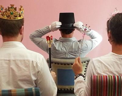 Kutscherspiel: der Kutscher sitzt vor König und Königin
